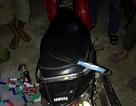 Bị CSGT truy đuổi, hai tên cướp vứt xe và dao tháo chạy