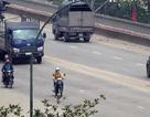 """""""Liều mạng"""" đi xe máy vào đường cấm trên cầu Thăng Long"""