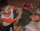 Bố chết, ông nội liệt giường, bé 5 tuổi sống trong đói khát