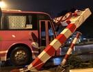 Ô tô 45 chỗ đâm đổ khung thép ở cầu vượt Thái Hà - Chùa Bộc