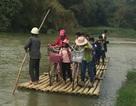 Chông chênh cảnh học sinh qua sông đến trường bằng bè mảng