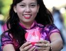Du khách thích thú màn đồng diễn của 3000 tà áo dài trên phố Nguyễn Huệ