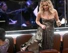 Jennifer Lawrence xách váy, trèo ghế tại lễ trao giải Oscar 2018