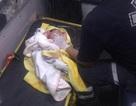 Bé sơ sinh bị vứt bỏ trong túi ni lông được người đi đường cứu sống