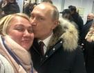 Tổng thống Putin bất ngờ hôn người ủng hộ