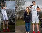 Cao hơn 2 mét, thiếu niên cao nhất thế giới vẫn chưa hết dậy thì