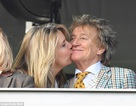 Ca sỹ 73 tuổi hạnh phúc bên vợ kém 27 tuổi