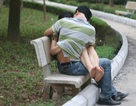"""Yêu chốn công cộng: Đến bao giờ giới trẻ mới """"thức tỉnh""""?"""