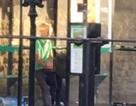 """Cặp đôi trung niên """"nồng nhiệt"""" tại trạm xe buýt giữa ban ngày ban mặt"""