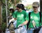 TPHCM: Bạn trẻ không ngại móc ống cống, nhặt rác làm sạch đường phố