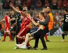 CĐV quá khích vào sân giằng áo Ribery, ôm hôn C.Ronaldo