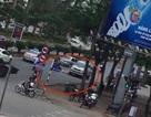 Tài xế xe bán tải đi ngược chiều, lùi xe cán người phụ nữ đi xe đạp nhập viện