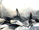 Bãi phế liệu bốc cháy dữ dội, cả khu dân cư náo loạn