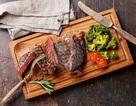 Phá cách với đồ ăn bày trên thớt gỗ, nhà hàng bị phạt 1,5 tỷ đồng