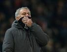 Rút học trò rời sân, HLV Mourinho công khai xin lỗi
