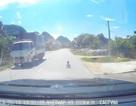 Kinh hãi phát hiện đứa trẻ bò ngang quốc lộ giữa trưa nắng