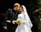 """Hoàng tử Harry và cô dâu """"khóa môi"""" ngọt ngào sau đám cưới cổ tích"""