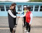 """Du khách """"đua nhau"""" tái hiện cái bắt tay lịch sử giữa lãnh đạo Hàn - Triều"""