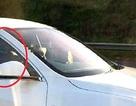 Sang ghế phụ ngồi, để ô tô tự lái, tài xế bị treo bằng 18 tháng