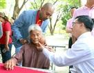 """Cụ bà 85 tuổi được tặng vé máy bay đi chữa khối u """"ngự"""" trên mặt 8 thập kỷ"""
