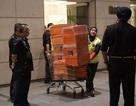 Cảnh sát đếm mỏi tay chưa hết tiền trong nhà cựu Thủ tướng Malaysia