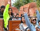 Kim Kardashian sành điệu đưa con đi chơi Disneyland
