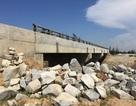 Cầu xây xong đã lâu vẫn không có... đường đấu nối