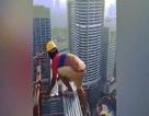 Hãi hùng cảnh công nhân Malaysia đi chênh vênh trên nóc nhà chọc trời
