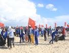 Quảng Trị: Thanh niên làm sạch biển vì sự phát triển du lịch bền vững