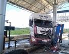 Xe đầu kéo lao thẳng vào trạm BOT, 1 nữ nhân viên bị thương