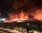 Công ty chứa 3.000 tấn giấy bốc cháy ngùn ngụt lúc rạng sáng