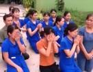 Hàng chục cô giáo quỳ gối để xin được tiếp tục dạy trẻ