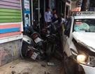 Taxi húc 6 xe máy rồi lao vào trụ điện