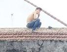 Bắt thanh niên nghi ngáo đá cầm dao cố thủ trên mái nhà dân