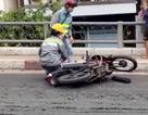 Bùn đổ tràn trên cầu, nhiều xe máy trượt ngã