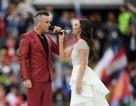 """Robbie Williams gây sốc vì giơ """"ngón tay thối"""" khi diễn khai mạc World Cup"""