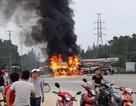 Xe tải bốc cháy dữ dội sau va chạm