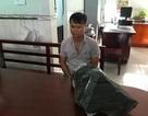Nam thanh niên vác tảng đá nặng 33kg ném vào CSCĐ chống biểu tình