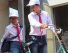3 năm đạp xe đưa bạn tật nguyền đến trường học
