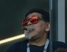 Diego Maradona hút xì gà trong kỳ World Cup không khói thuốc