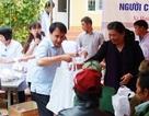 Phó Chủ tịch Quốc hội Tòng Thị Phóng thăm, cấp phát thuốc cho người nghèo