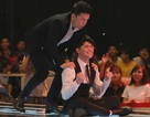 """Noo Phước Thịnh cởi áo """"ăn vạ"""" trên sân khấu để giành thí sinh"""