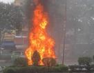Ô tô bốc cháy ngùn ngụt khi đang chạy trên đường