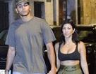 Kourtney Kardashian khoe ngực đầy ra phố