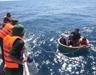 Tàu thủng đáy bất ngờ, 4 ngư dân lênh đênh trên thuyền thúng