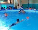 Dạy bơi miễn phí cho các em nhỏ khó khăn