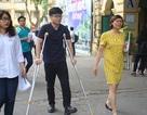 Nam sinh bị gãy chân vẫn lạc quan, tự tin đi thi THPT quốc gia
