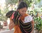 Người mẹ trẻ địu con 3 tháng tuổi đi thi, nuôi ước mơ làm cô giáo