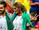 Nhan sắc hút hồn của nữ du khách Iran gây bão trên khán đài WC