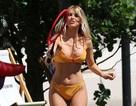 Hayley Hughes sexy với bikini vàng
